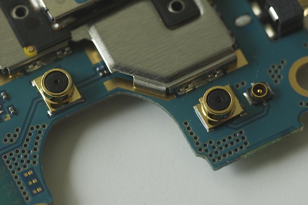 Kretskort från smarttelefon med radiodelarna i fokus