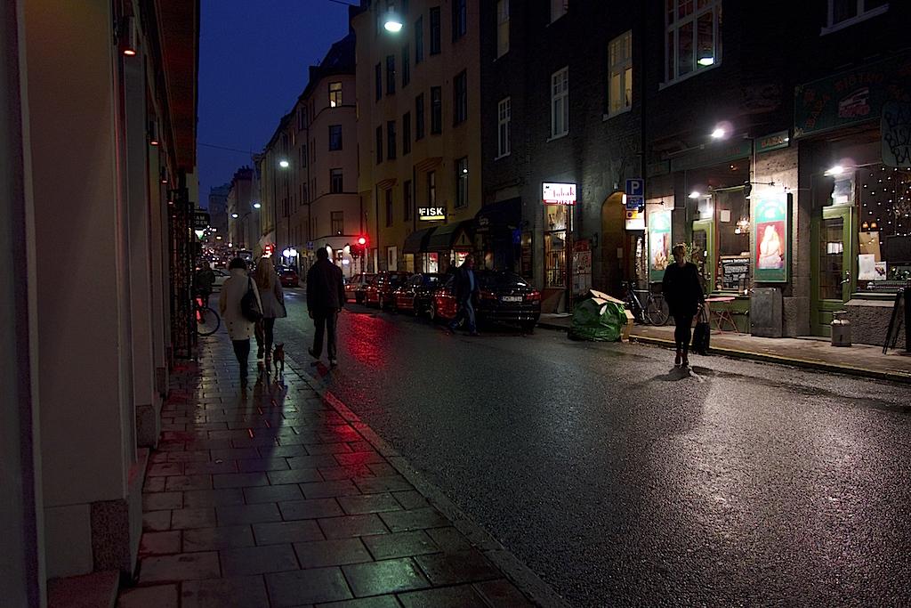 Östgötagatan med folk, små butiker och folkliv.