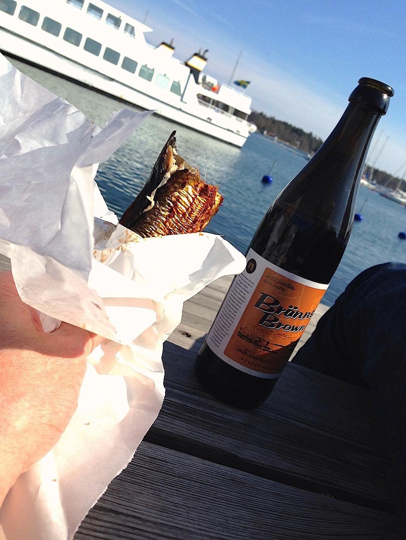 Rökt fisk avnjuts på rökeriet med en Brännskär Brown Ale.