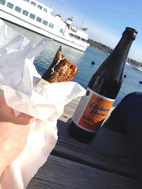 Brännskär Brown Ale på bryggan i Nynäshamn med rökt strömming