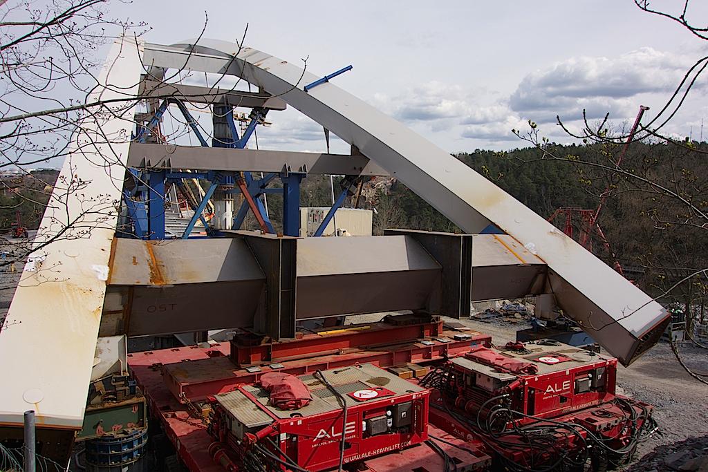 Bron på Kvarnholmen med de månghjuliga luftvagnarna i ena änden.