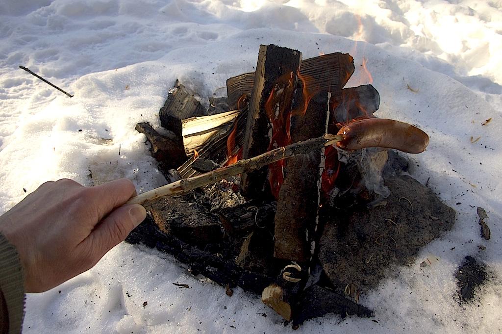 Korvgrillning över öppen eld