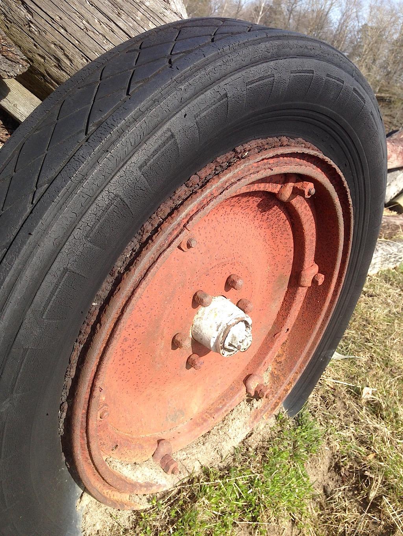 Äldre Dunloppdäck på traktorkärra.