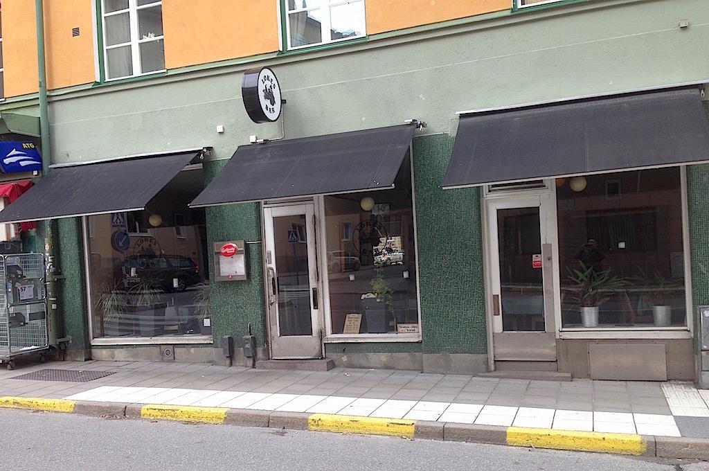 Lokes Bar betraktad från mitt i gatan