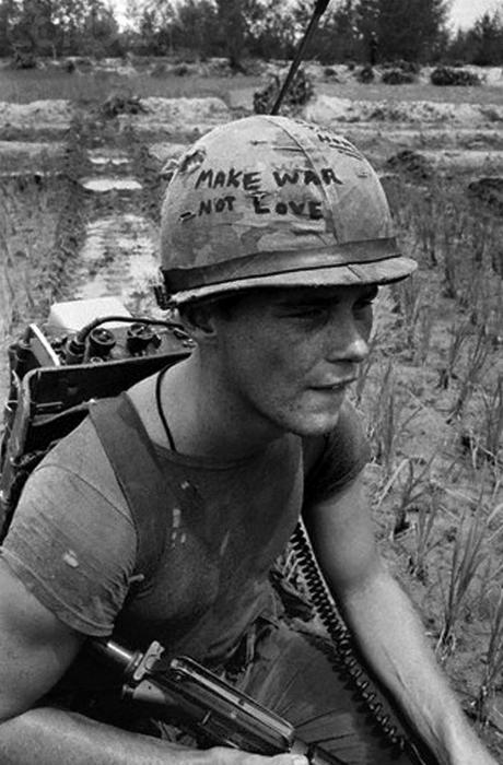 Amerikansk soldat med texten Make war, not love på hjälmen och kortvågsradion på ryggen.
