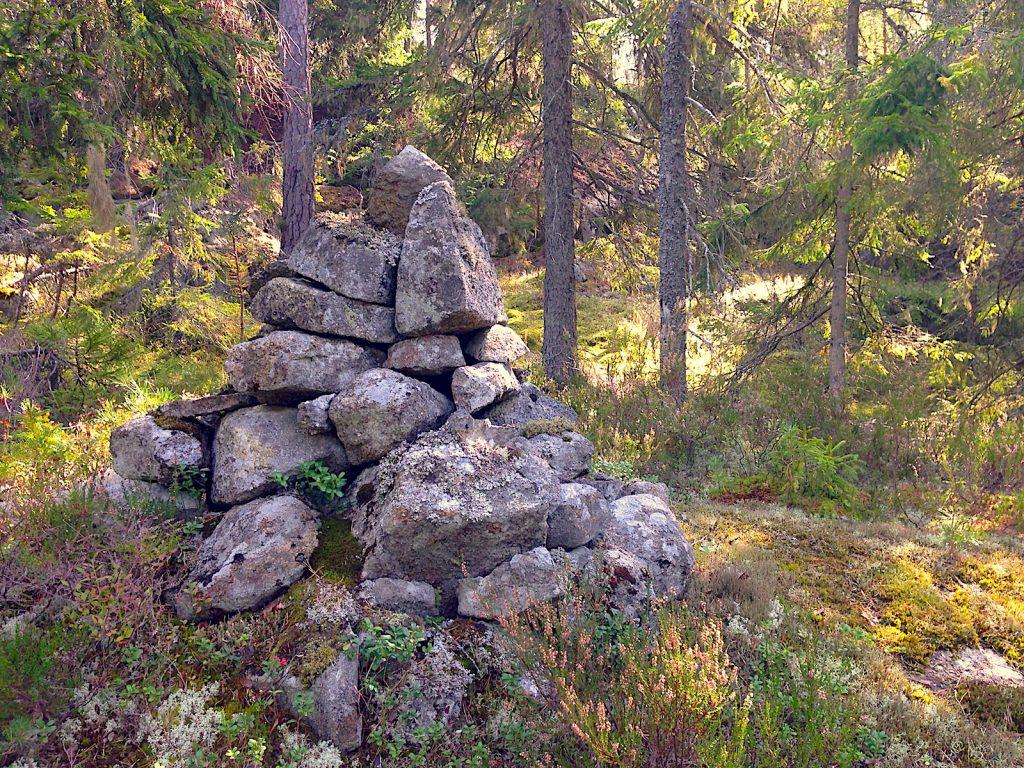 Ett stenröse mitt i skogen