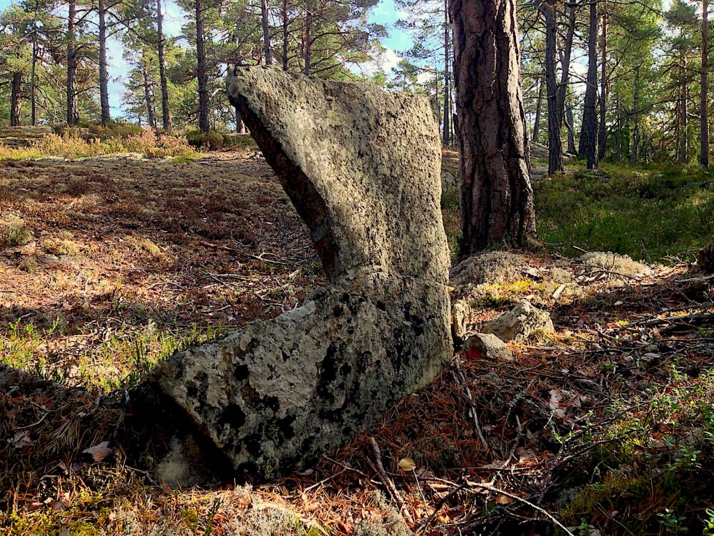 En platt rest sten, inte helt olik en gravsten.